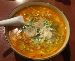 独創的チャイナ食堂の創作酸辣湯麺・サンラー胡椒麺